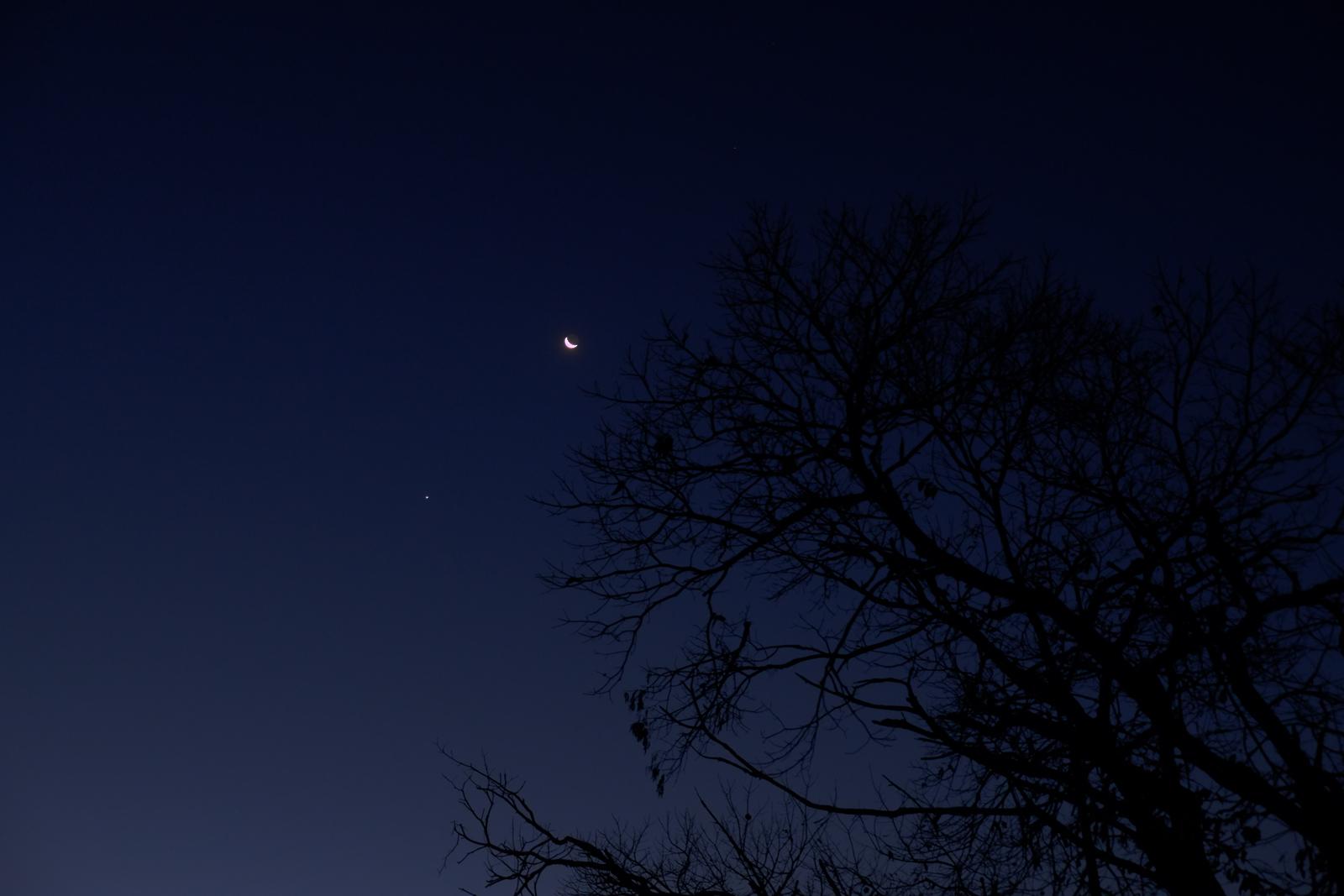 Moon-&-Venus_2015DEC07_1600px.jpg