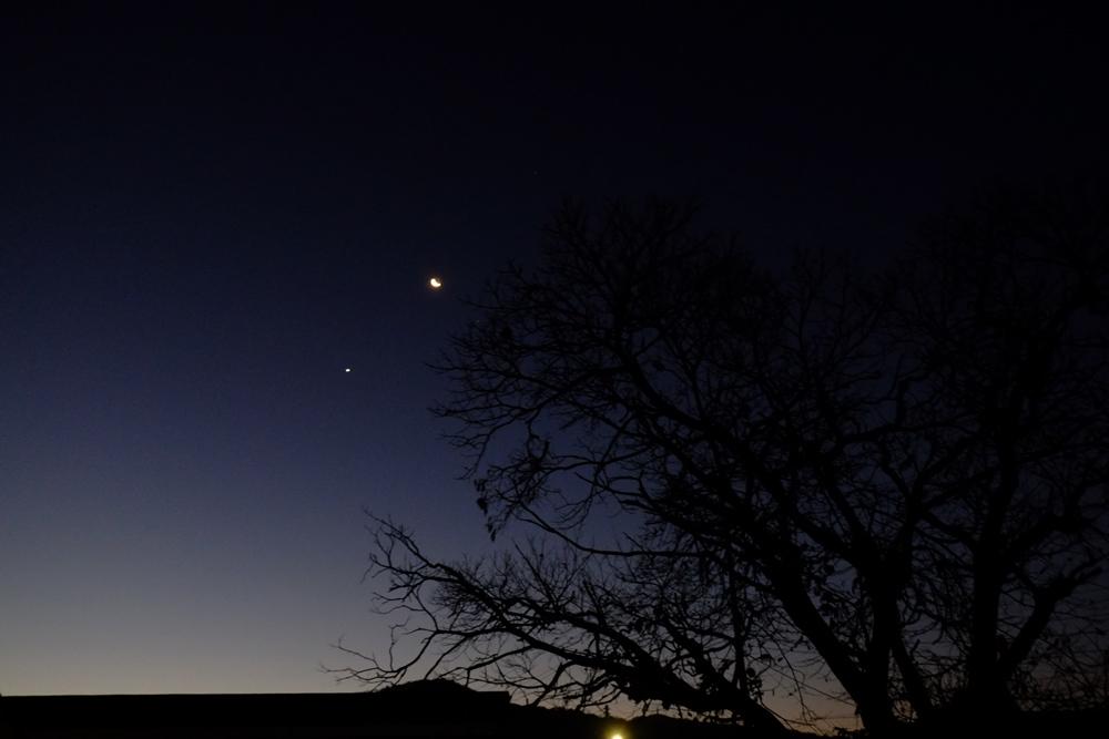 Moon-&-Venus_2015DEC07_1kpx.jpg